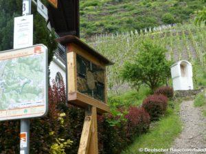 Insektenhotel am Wanderweg.